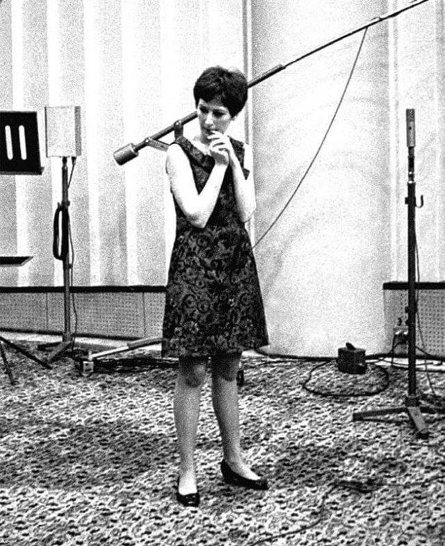 Молодая Алла Пугачёва во время первой в своей жизни радиозаписи, 1965 год.