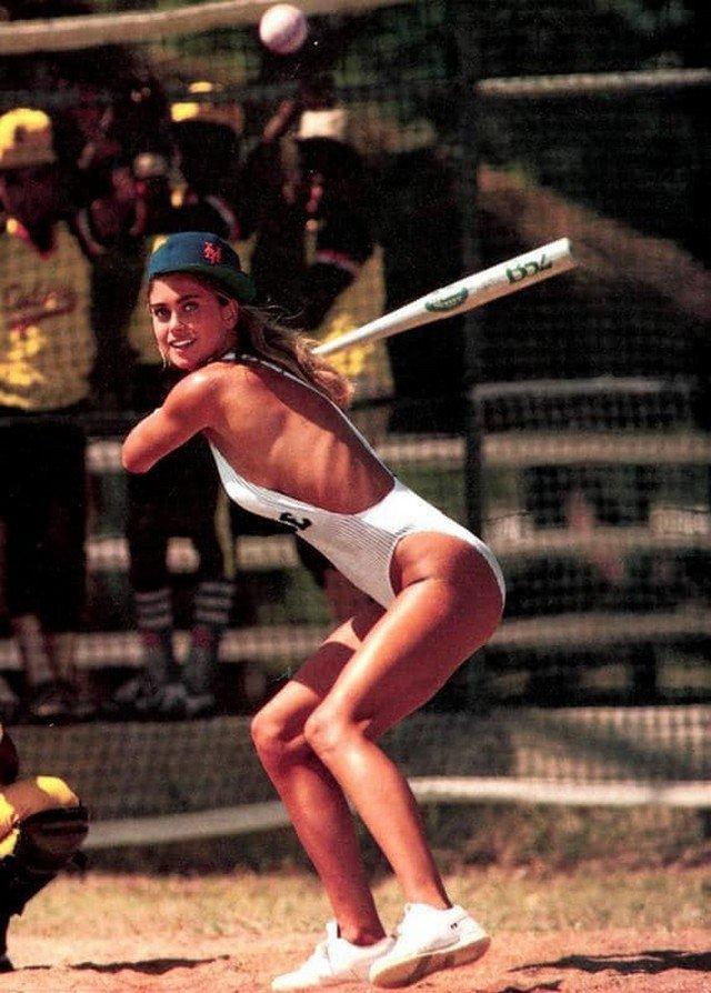 Американская актриса Кэти Айрленд играет в бейсбол на пляже, США, 1987.
