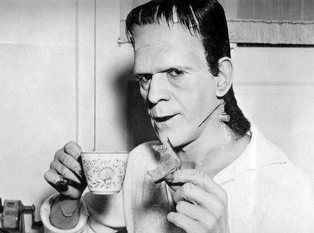 Борис Карлофф в образе Франкенштейна попивает чаёчек, 1931 год.