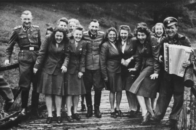 Сотрудники концлагеря Освенцим на отдыхе, 1942 год.