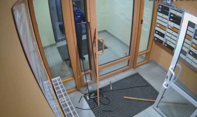 Неадекватный мужчина из Екатеринбурга, который не умеет пользоваться дверьми