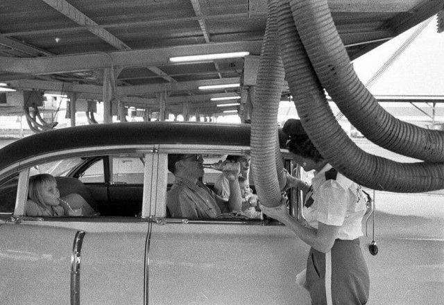 Подача холодного воздуха в автомобиль. США. Фото 1957-го года.