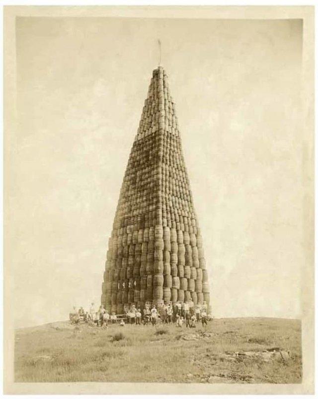 Башня из бочек спиртного, подготовленная к сожжению для спасения нации от алкогольной напасти. 1924 г.