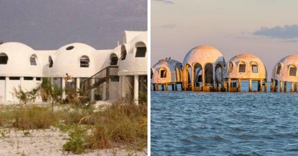 Раньше эти домики стояли на земле, но со временем их захватило море