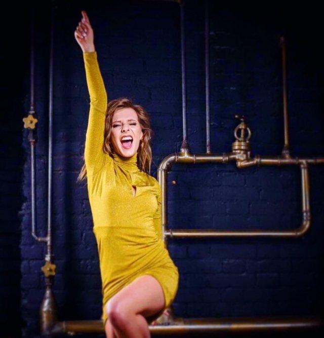 Лиза Арзамасова в желтом платье