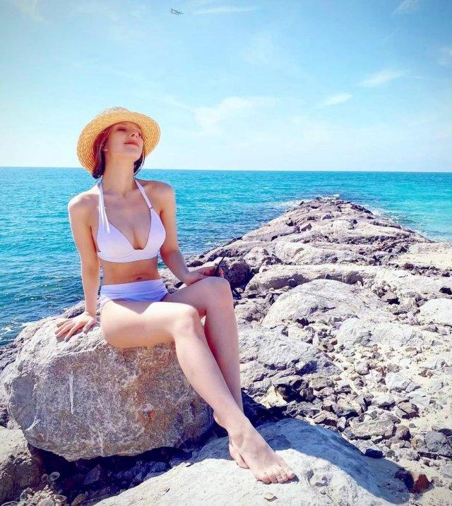 Лиза Арзамасова в беом купальнике на море