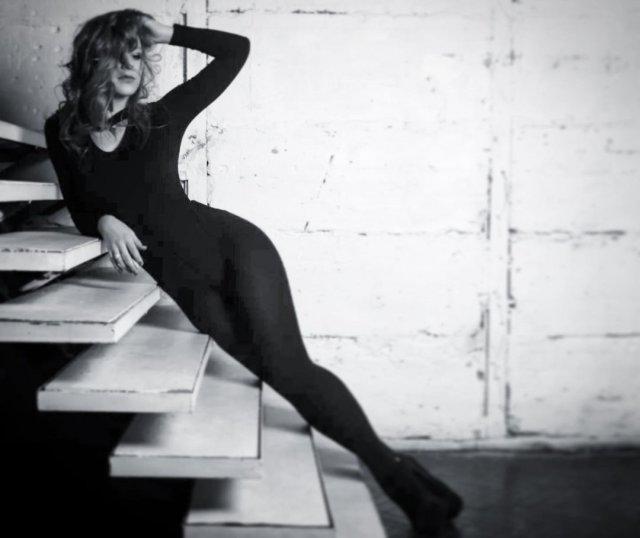 Лиза Арзамасова в черном облегающем платье