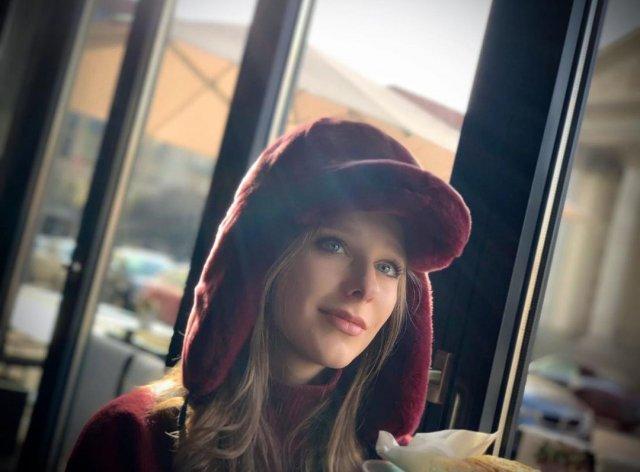Лиза Арзамасова в красной шапке