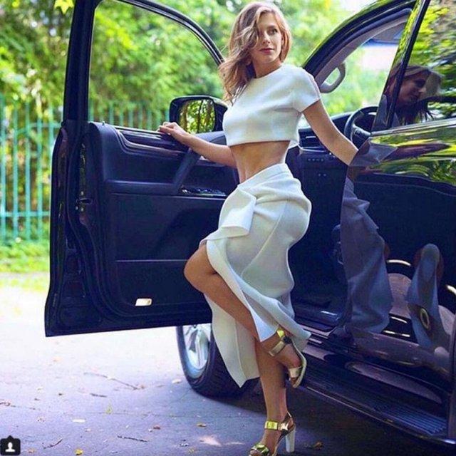 Лиза Арзамасова в белом платье выходит из джипа