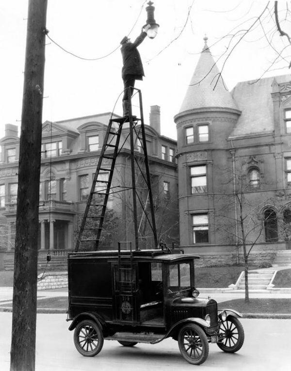 Официально одобренный способ замены перегоревших ламп в уличных фонарях. США, 1910-е годы