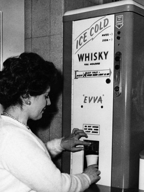Британский автомат 1960 года, который наливал виски