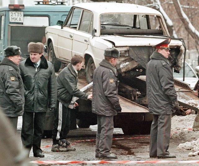 Милиционеры осматривают машину после того, как она взорвалась у посольства США в центре Москвы. 17 января, 1999 года.