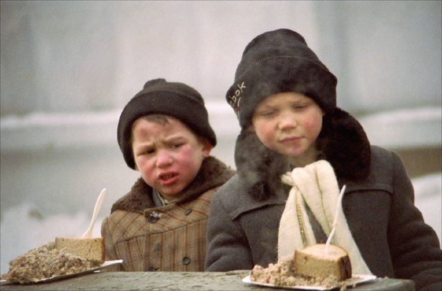 Бездомные дети получают благотворительный обед. Москва, 1995 год.
