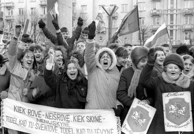 Литовцы, радующиеся принятию Акта о восстановлении независимости Литовской Республики