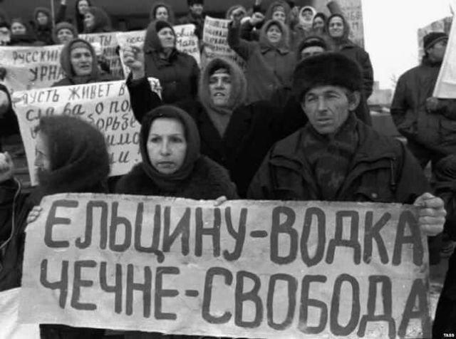 «Ельцину — водка, Чечне — свобода». Митинг накануне выборов президента Чечни. Грозный. Чеченская республика. 13 декабря 1997 г.