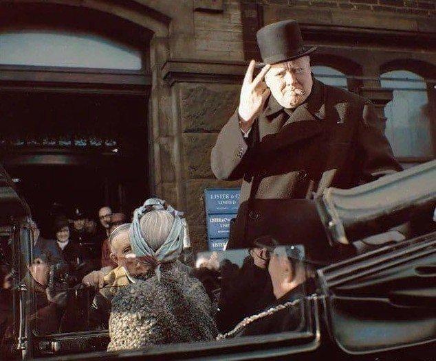 """Уинстон Черчилль с сигарой во рту показывает знак """"V"""" во время визита в Брэдфорд. 4 декабря 1942 года."""