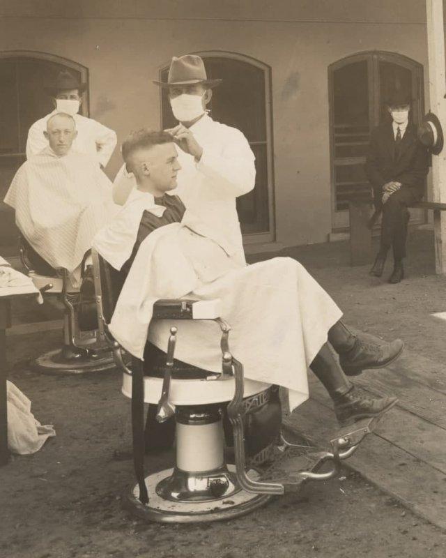 Во время пандемии испанского гриппа 1918 года в Сан-Франциско, штат Калифорния, парикмахеры должны были носить маски.