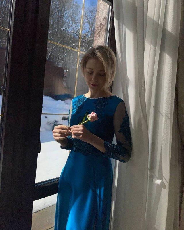 Политик Наталья Поклонская в синем платье с цветком