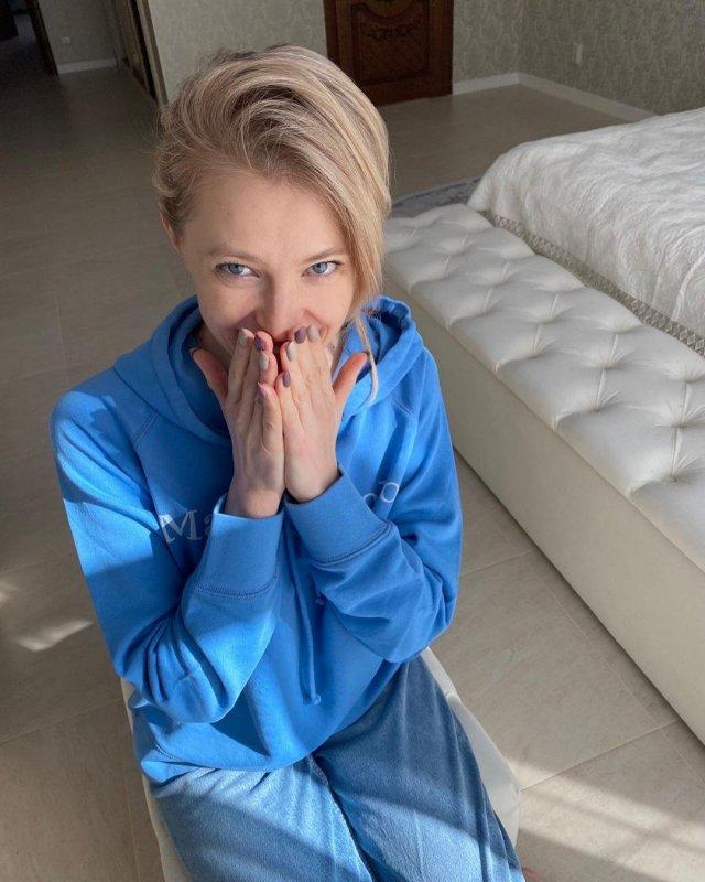 Политик Наталья Поклонская в синей спортивной кофте