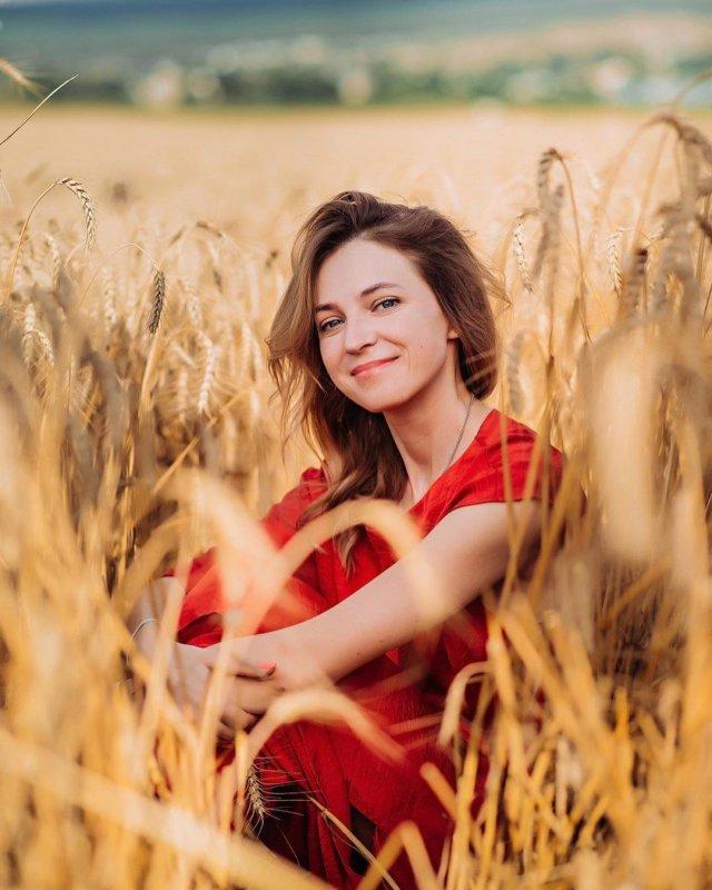 Политик Наталья Поклонская в красном платье во ржи