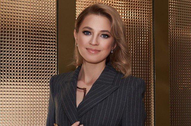 Политик Наталья Поклонская с макияжем и в черном пиджаке