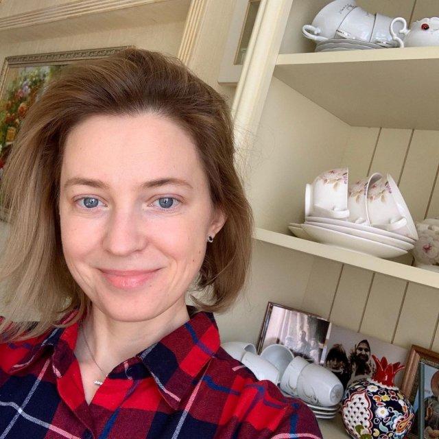 Политик Наталья Поклонская в цветной рубашке