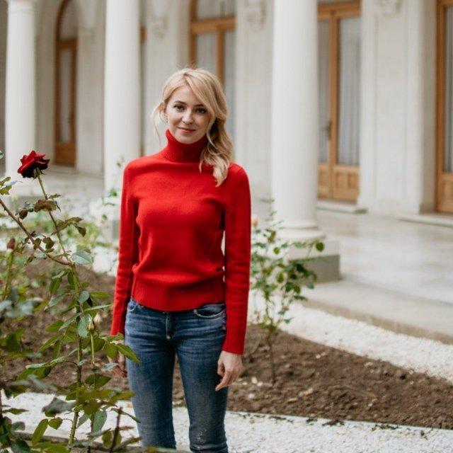 Политик Наталья Поклонская в красной кофте