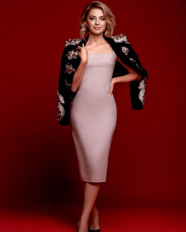 Политик Наталья Поклонская в розовом платье