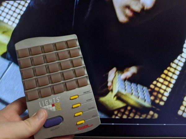 Управляющим устройством на космическом корабле оказывается электронная игрушка Lights Out