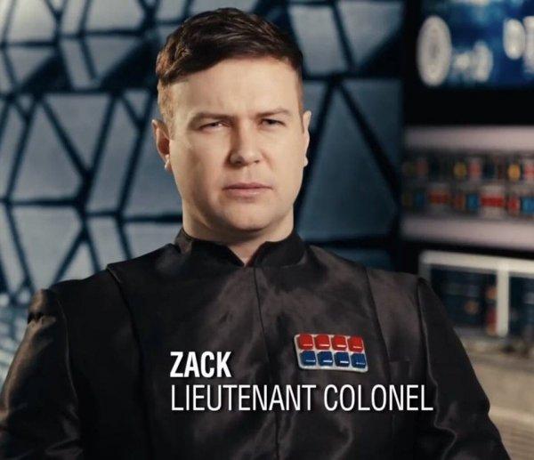 Офицеры Первого ордена из новой трилогии «Звёздных войн» носят на груди пачки с жвачками