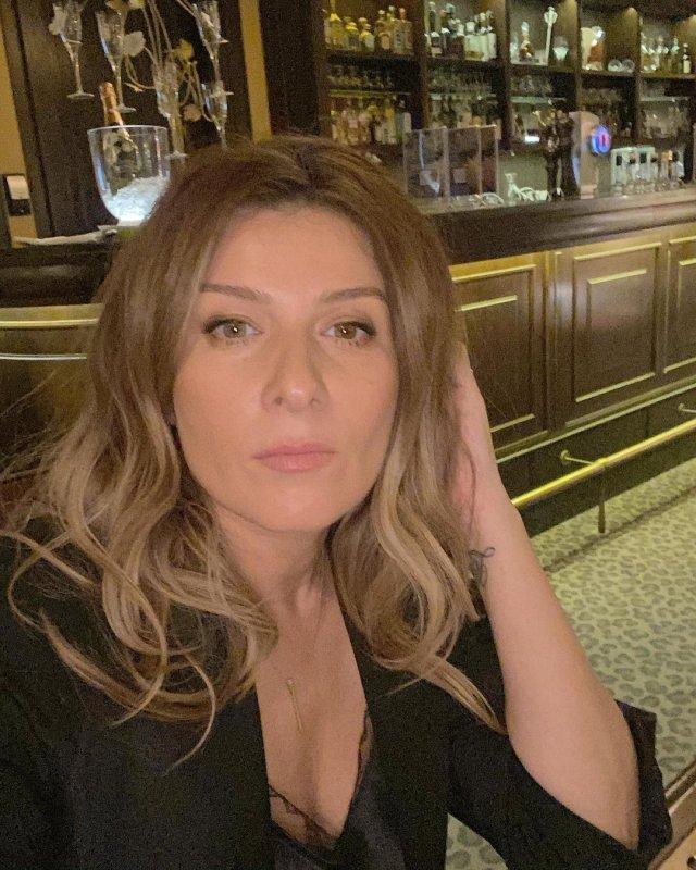 """Жанна Бадоева - экс-ведущая """"Орел и решка""""  в баре в черном платье"""