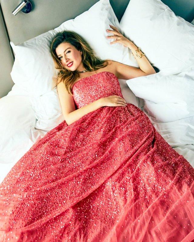"""Жанна Бадоева - экс-ведущая """"Орел и решка""""  в красном платье на белоснежных простынях"""