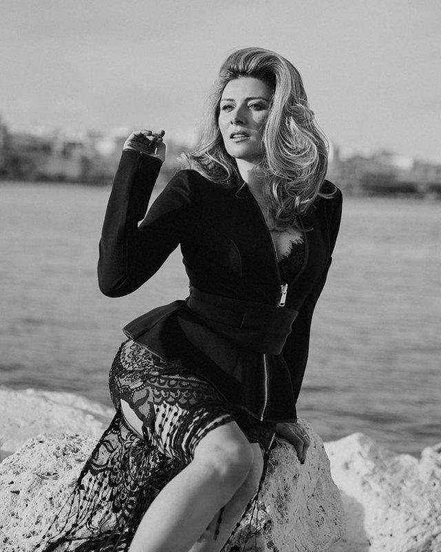 """Жанна Бадоева - экс-ведущая """"Орел и решка""""  в черном пиджаке"""