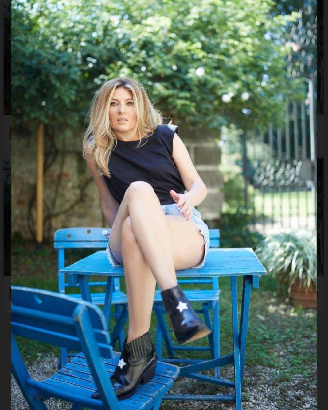 """Жанна Бадоева - экс-ведущая """"Орел и решка""""  в черной кофте, джинсах-шортах и ботфортах"""