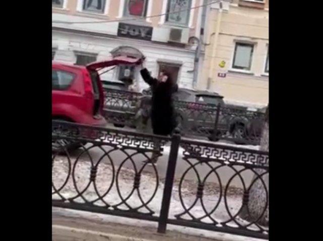 Неадекватная девушка потанцевала с памятником Михаилу Кругу, села за руль машины и уехала