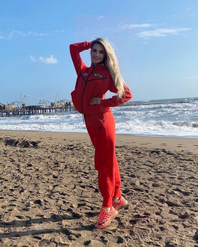 """Ольга Каленчук - ведущая клубного телевидения """"Шахтера"""" в красной куртке на пляже"""