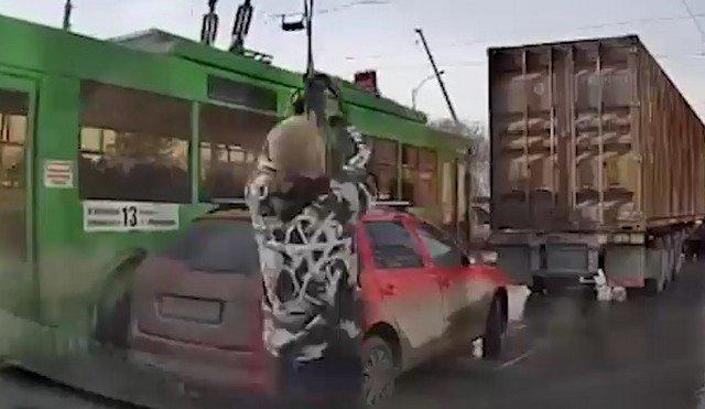 Троллейбус в Новосибирске протащил кондуктора на рогах, пытаясь объехать ДТП