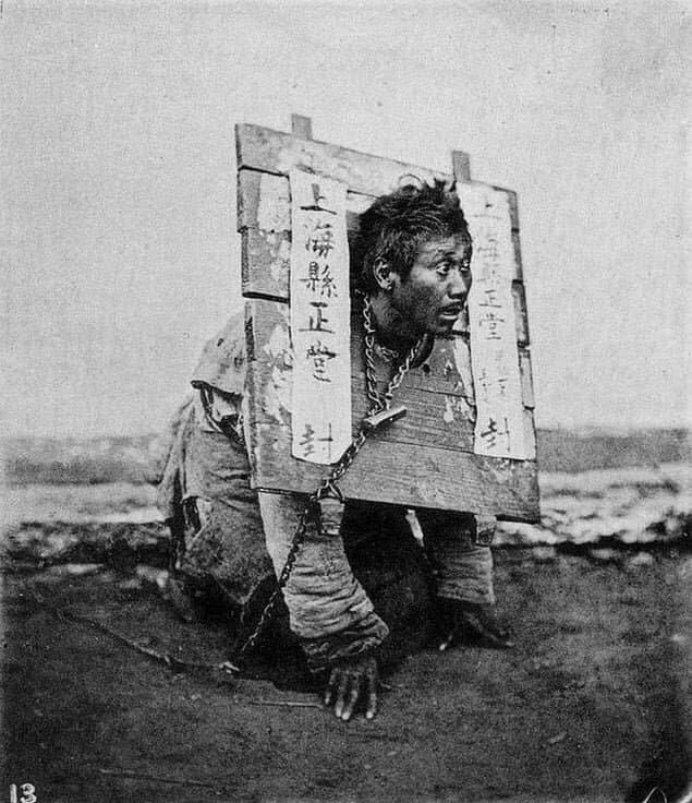 Мужчина в деревянном «ошейнике», наказанный за преступление, Шанхай, Китай, 1874 г.