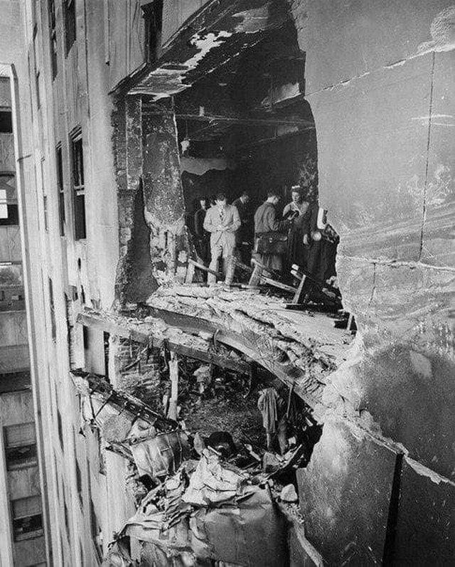 Разрушенная стена Эмпайр-стейт-билдинг после того, как в нее врезался бомбардировщик Б-25 Митчелл. США, 28 июля 1945 года.