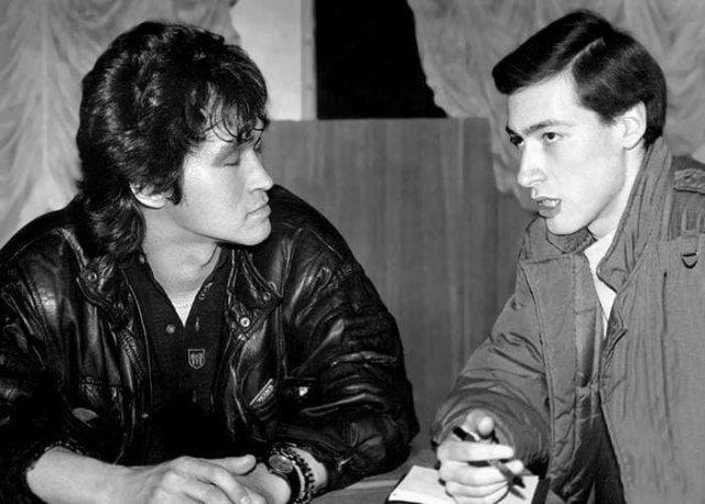 Украинский журналист Дмитрий Гордон берёт интервью у Виктора Цоя для газеты «Вечерний Киев» перед концертом группы «Кино». Апрель, 1990 год
