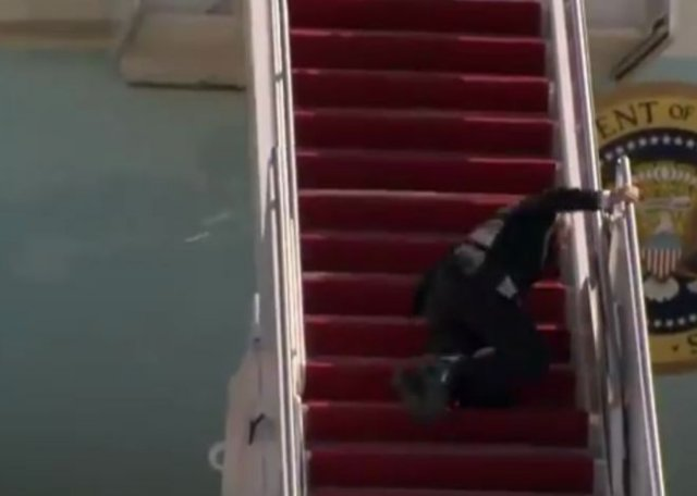 Приколы про то, как Джо Байден упал на трапе самолета
