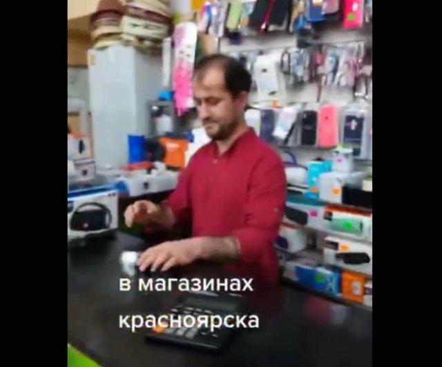 Странный и немного неадекватный продавец в магазине одежды, отказывающийся давать чек