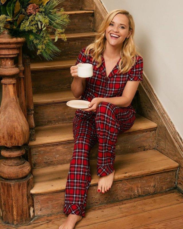 Риз Уизерспун в красной пижаме на лестнице