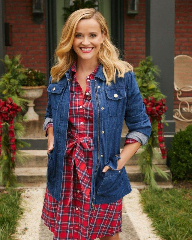 Риз Уизерспун в джинсовой кофте и красном платье