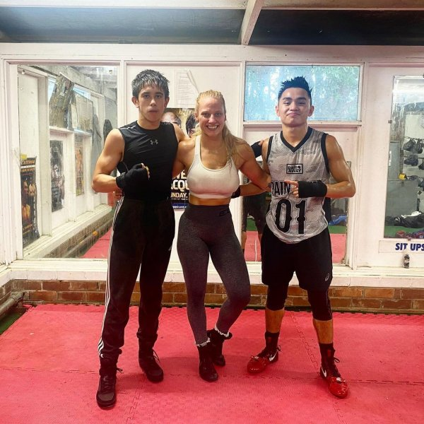 Эбани Бриджес с боксерами