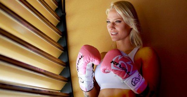 Эбани Бриджес в розовых перчатках