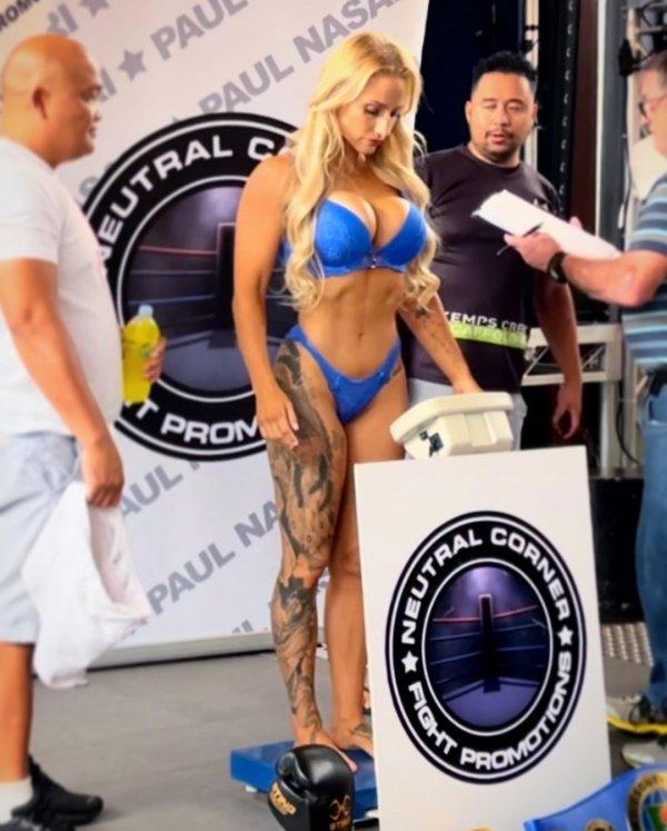 Эбани Бриджес в синем бикини