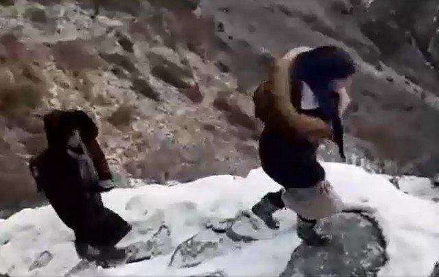 Подростки из села Хушет  ходят учиться в школу по опасной тропе