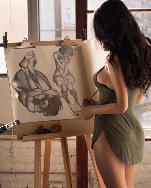 Горячая жена Александра Цекало - художница и режиссер Дарина Эрвин рисует в зеленом платье