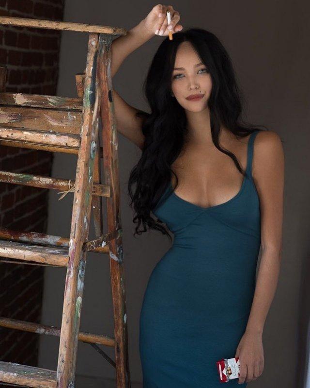 Горячая жена Александра Цекало - художница и режиссер Дарина Эрвин в синем платье с декольте